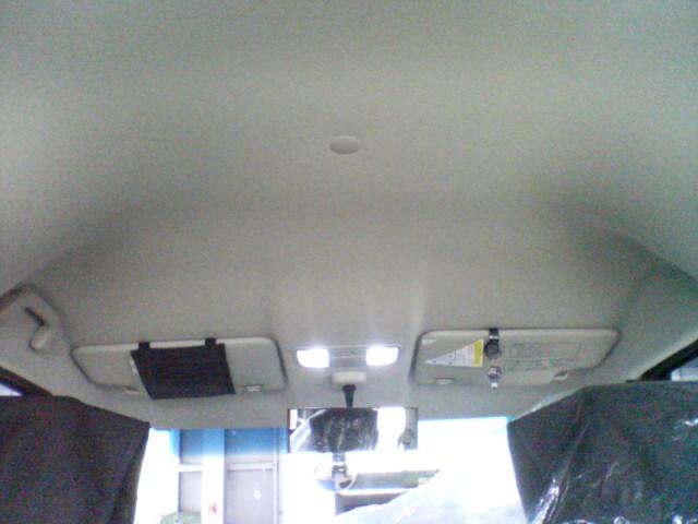 アクセサリーカタログ 見ると「LEDルーフ照明」が有ったので注文すると、リヤ側のトランク照明と交換するタイプで、全然天井の真ん中に明かりが有りませんwww